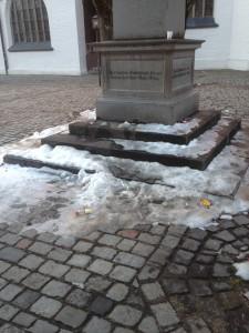 Hellmair-Platz am Denkmal.